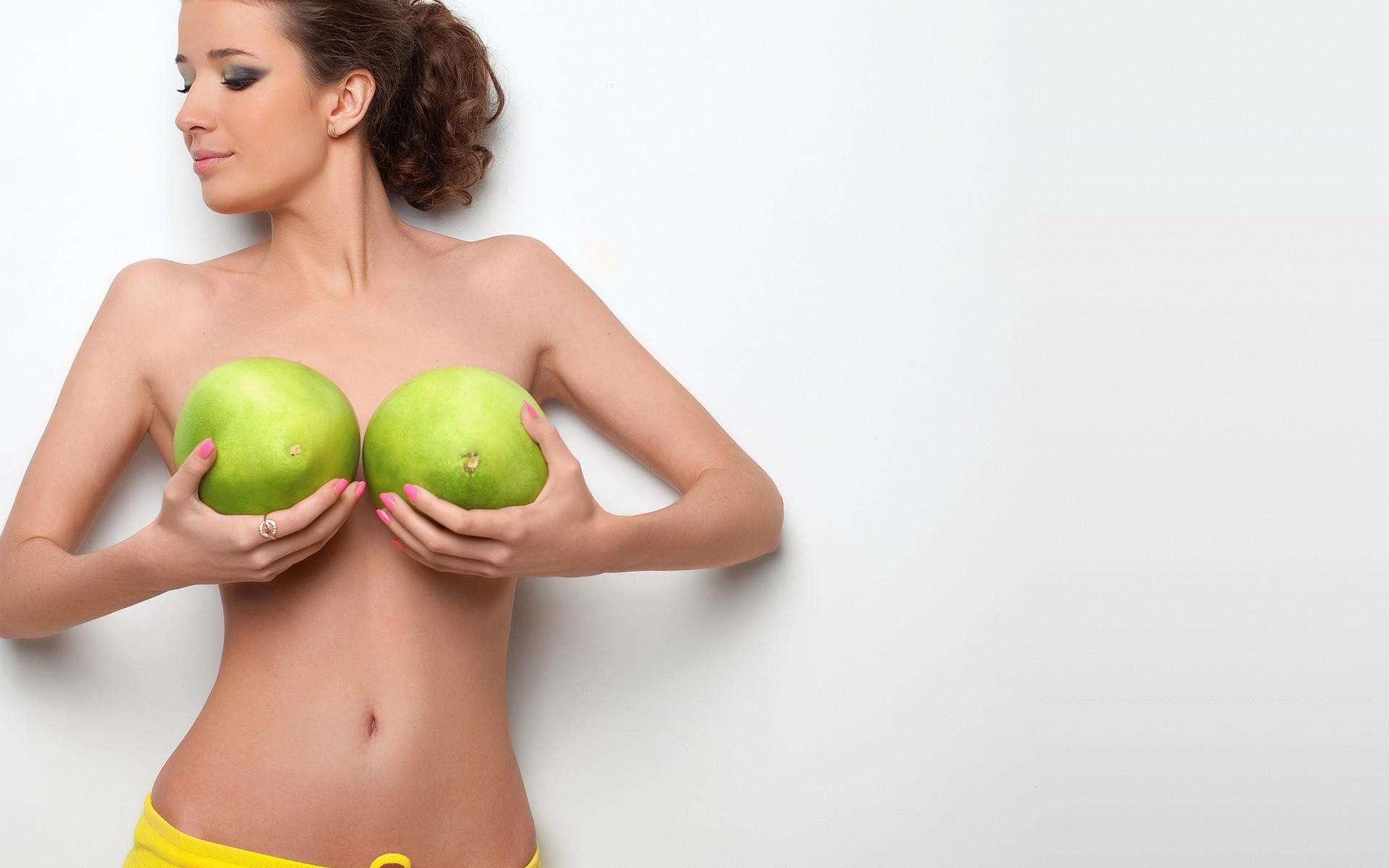 Прикрывая обнаженную грудь