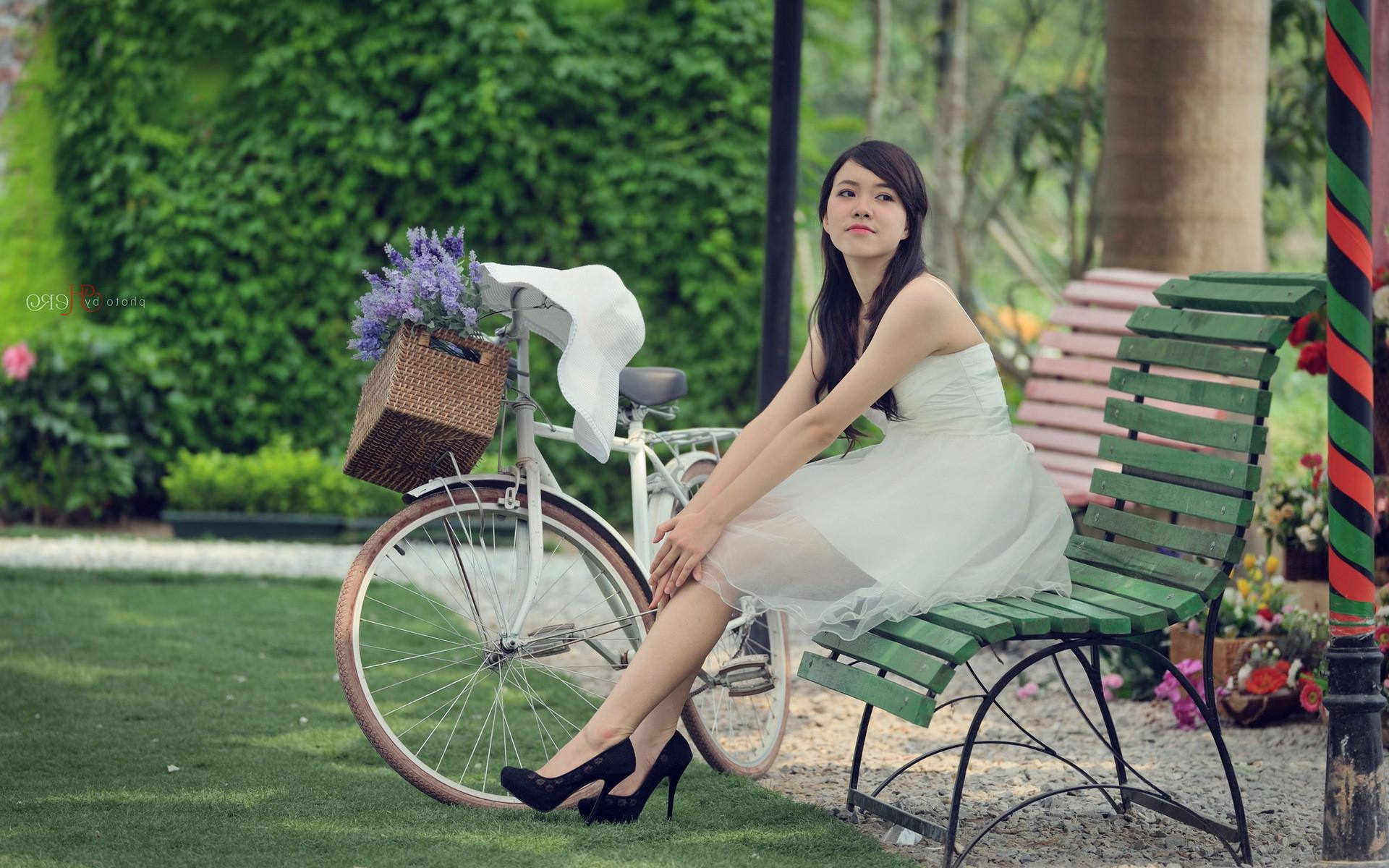 Изящная девушка с велосипедом