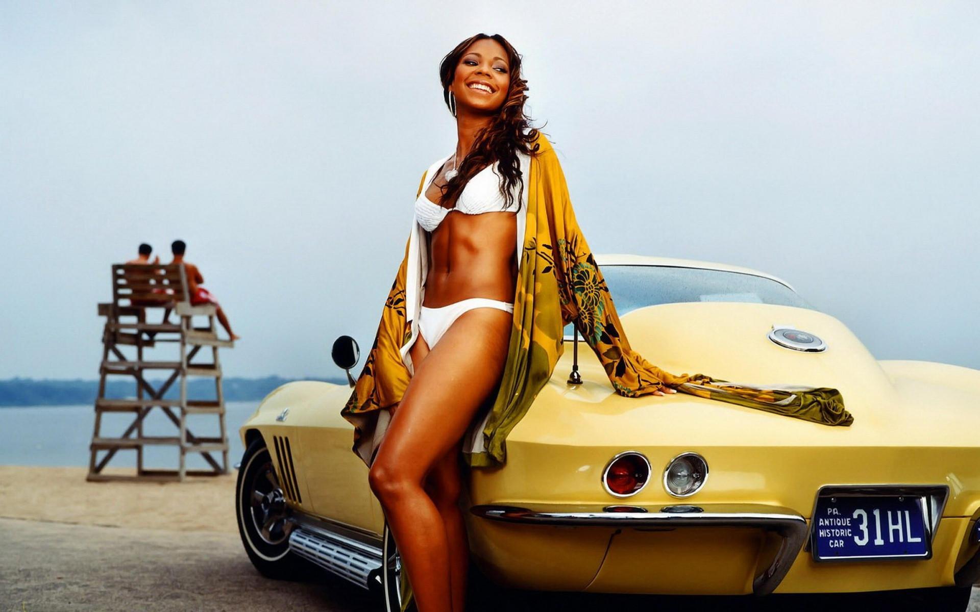 рукой держу авто и девушки на пляже тоже