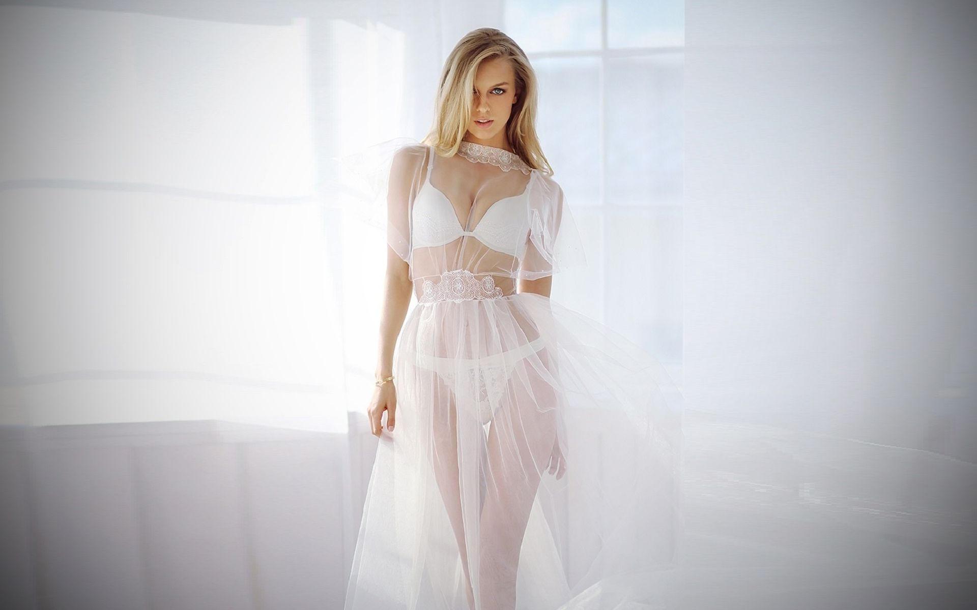 Блондинка в белом ажурном, воздушном платье