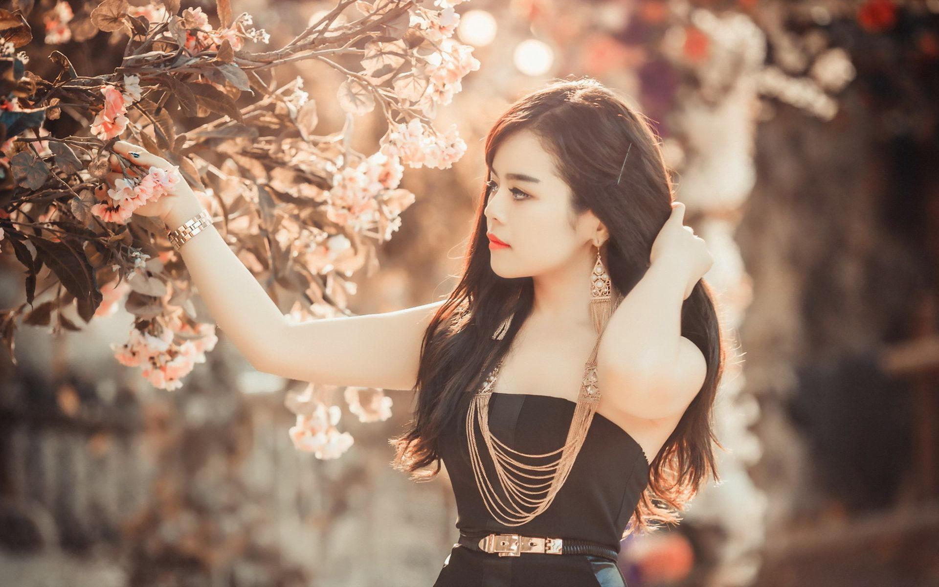 Фотомодель из Азии с красивыми цветами