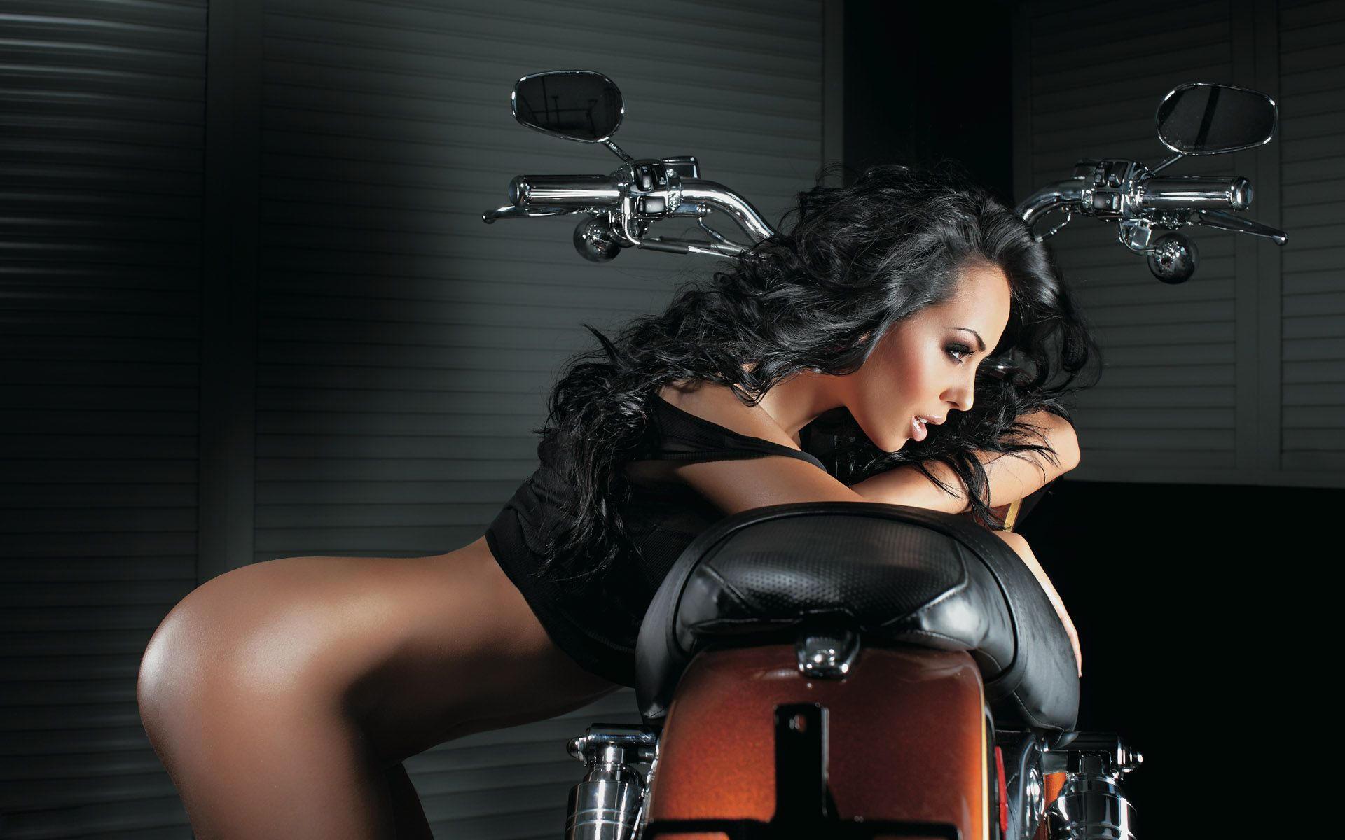 Мечтательная и задумчивая девушка у байка, мотоцикла
