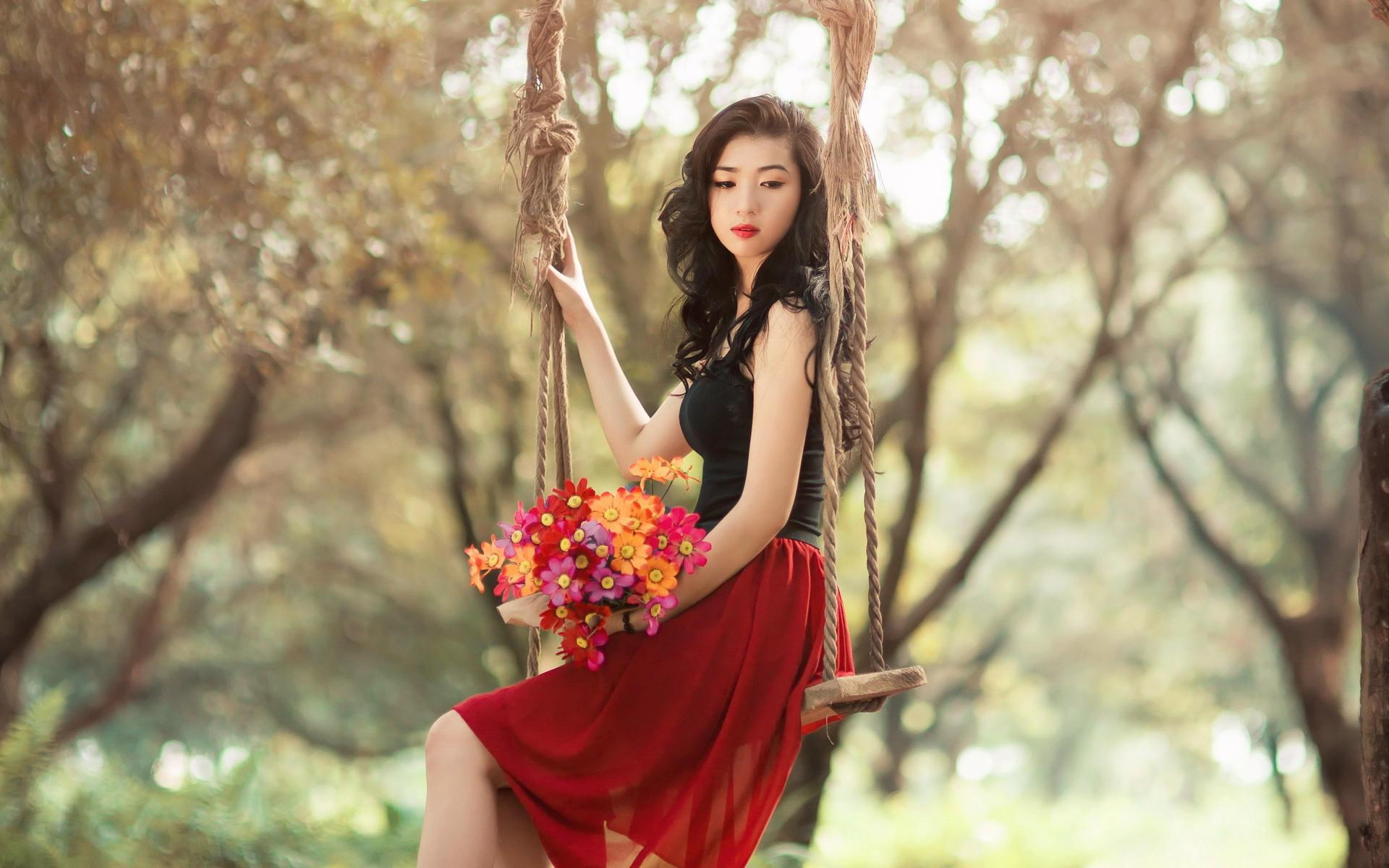 Девушка с цветами на качелях