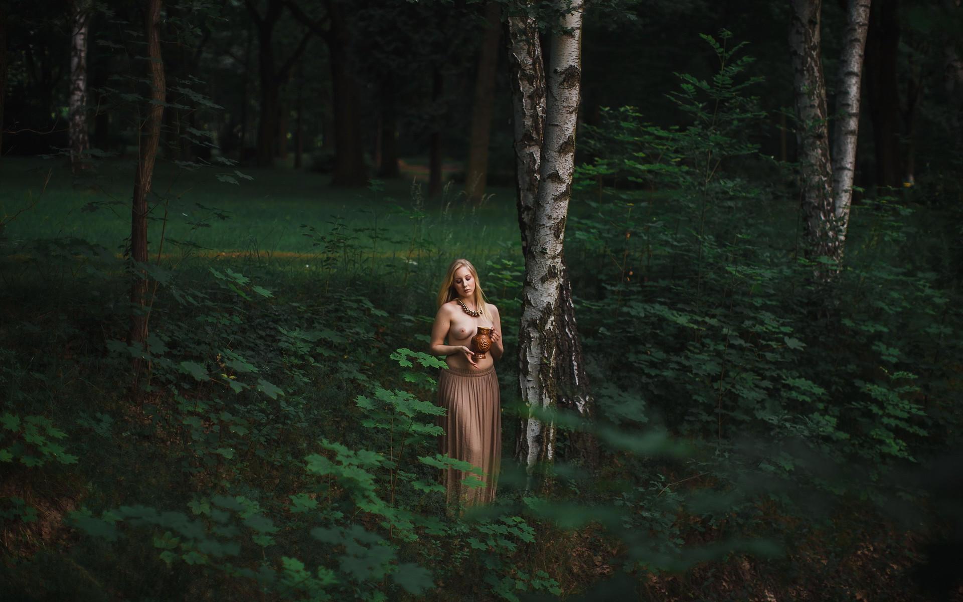 Женщина в березовом лесу
