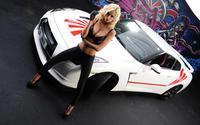 Фотография модели у автомобиля
