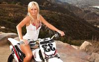 Блондинка Kristi на мотоцикле Yamaha Z450F