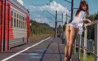 Красавица летом позирует на железнодорожной станции