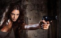 Девушка с пистолетом целится