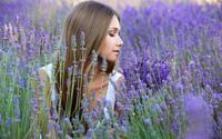 Длинноволосая девушка в поле цветов лаванды