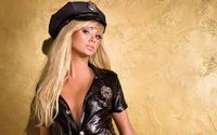 Блондинка с длинными волосами  в полицейской форме