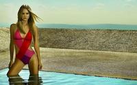 Красивая фотомодель в воде по колено