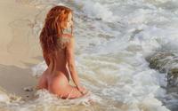 Рыжая красавица купается в море