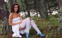 Девушка в белом платье и чулках на природе