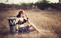 Азиатка отдыхает на сухой траве