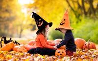 Дети играют с тыквами на  хэллоуин