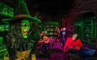 Ведьма с монстрами на  хэллоуин