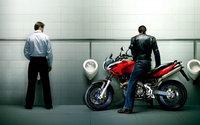 Байкер на мотоцикле в туалете