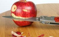 Яблоко держит  раскладной нож во рту