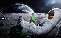 Космонавт в скафандре с бутылкой пива на луне