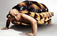 Мужик-черепаха в панцире