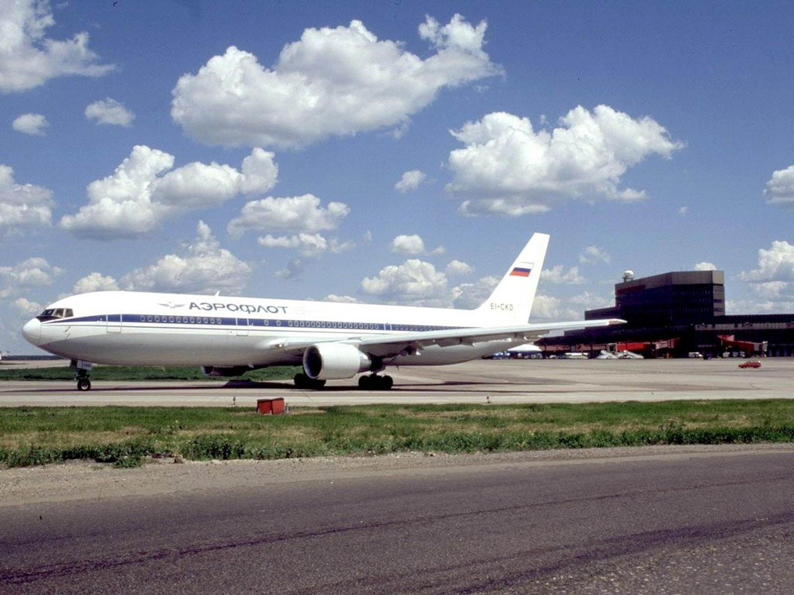 Самолёт B-767 на полосе