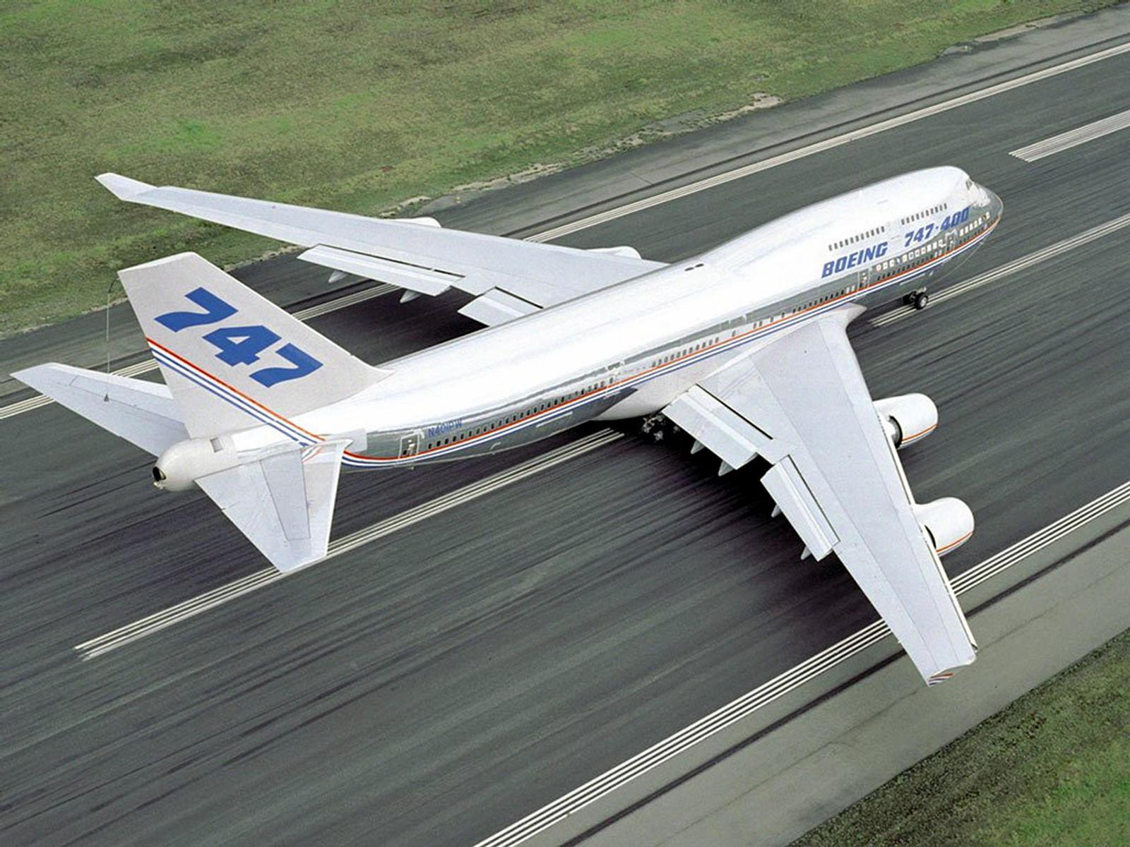 Самолёт Boeing 747 на взлете