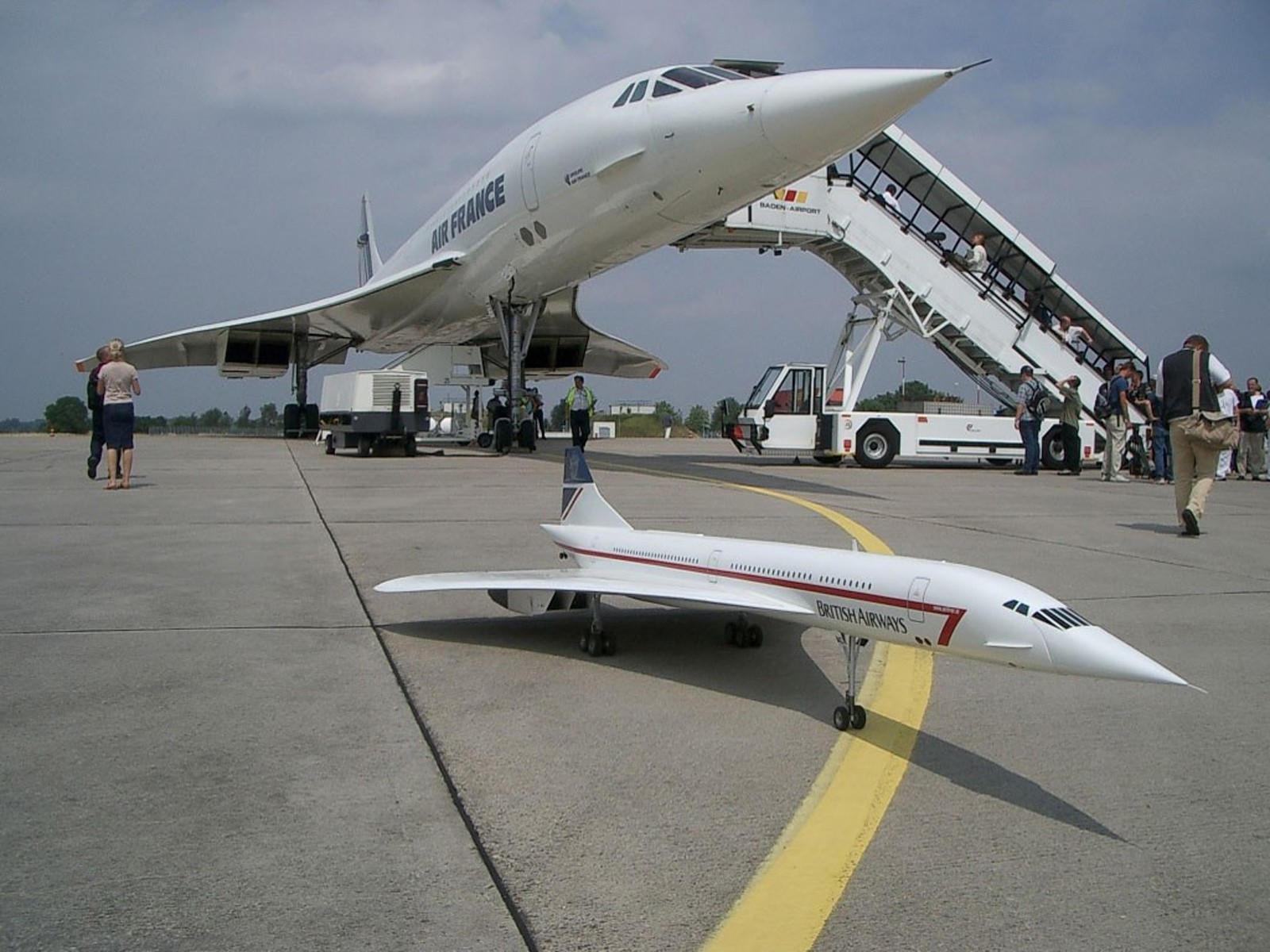 Уменьшенная модель взлетающего Конкорда