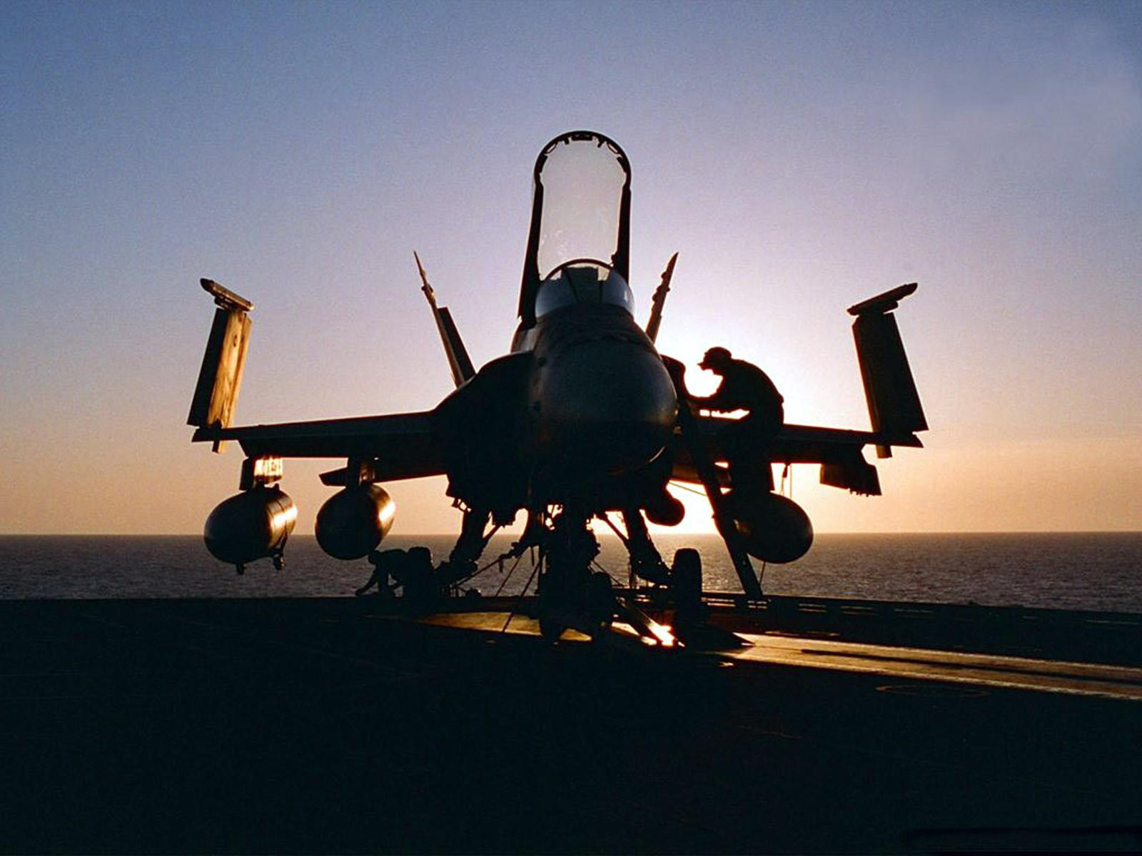 Самолёт F-18 Hornet на палубе авианосца