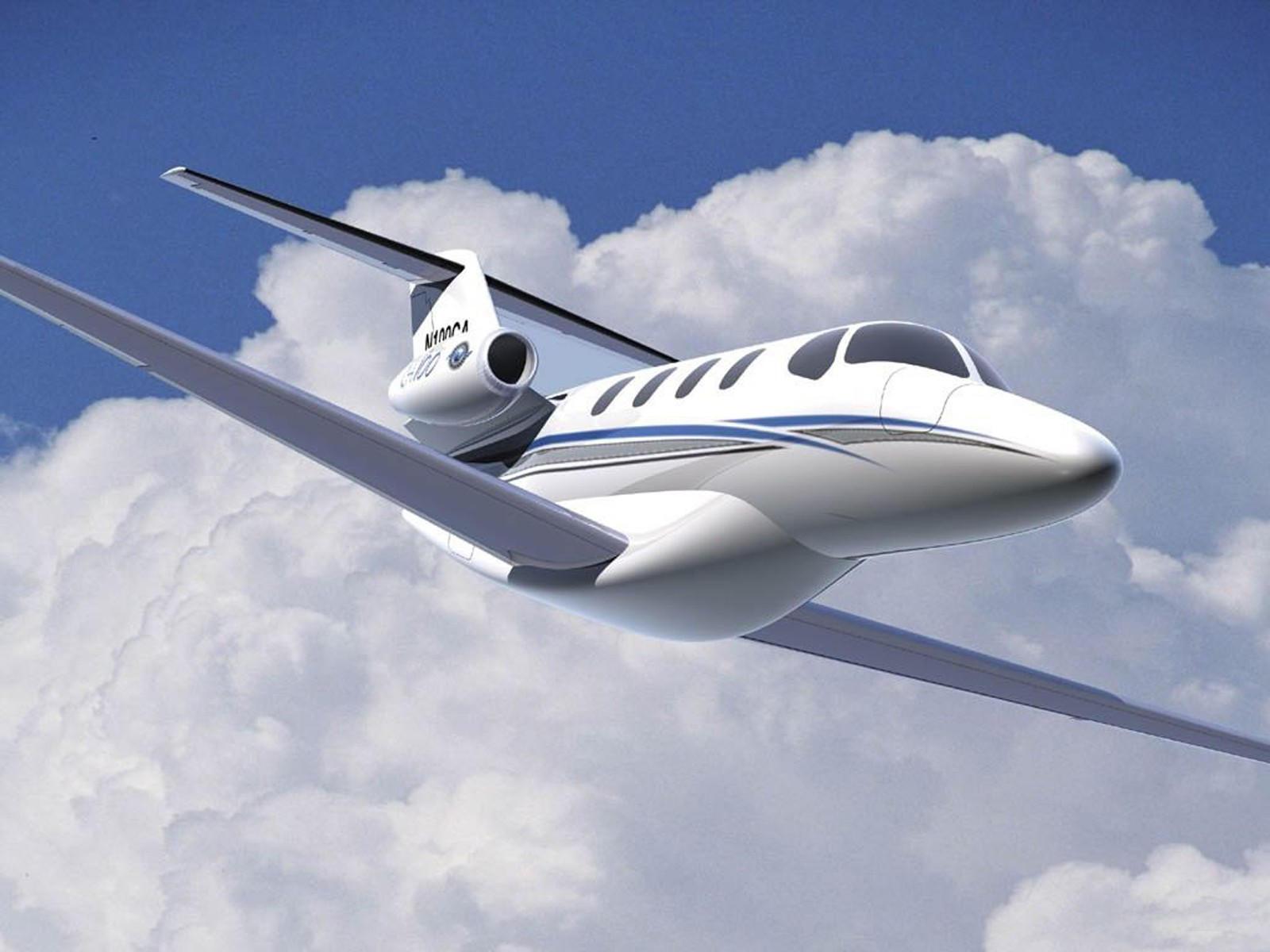 Частный самолёт летит в облаках