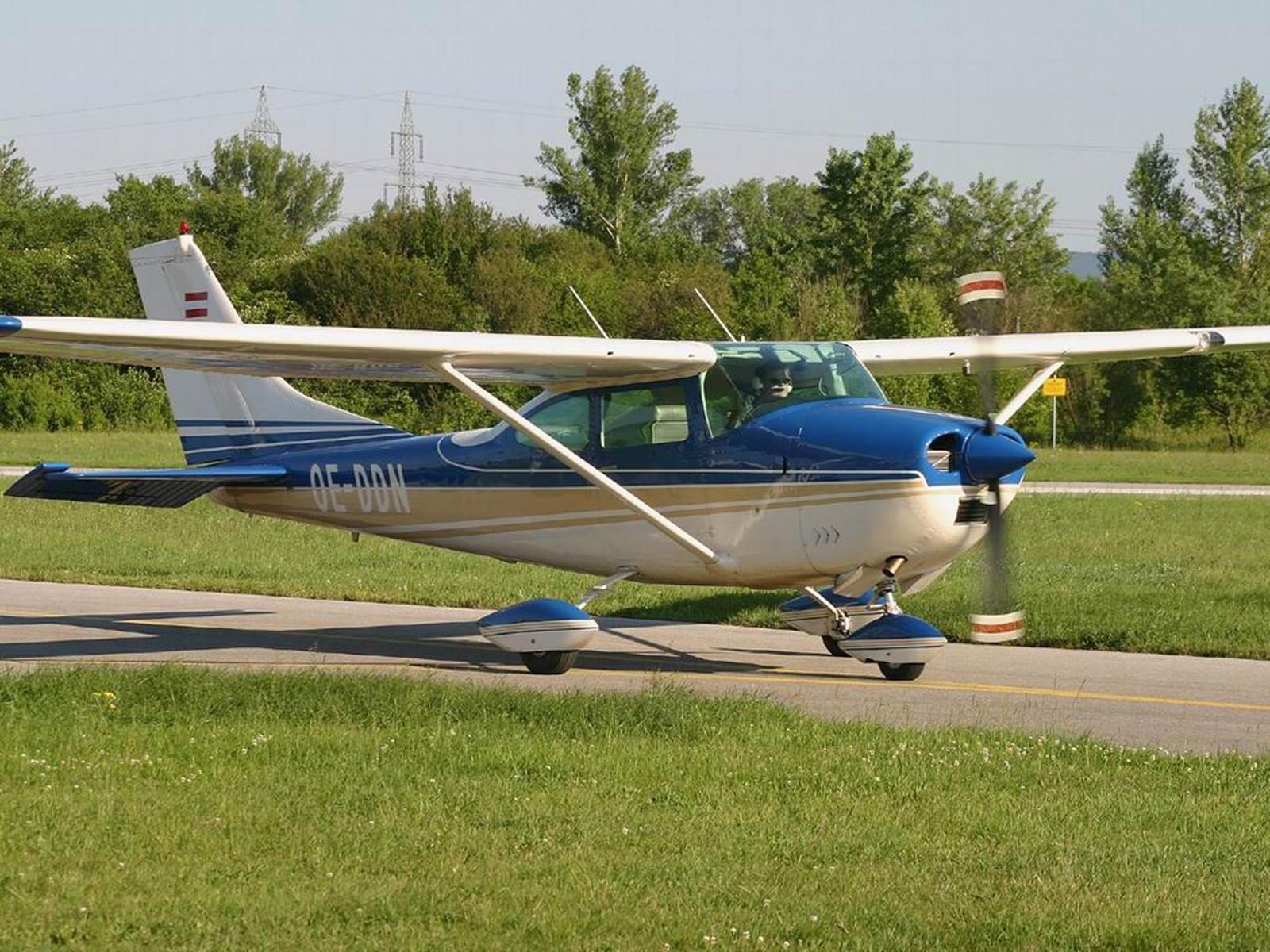 Маленький частный самолёт для воздушных прогулок