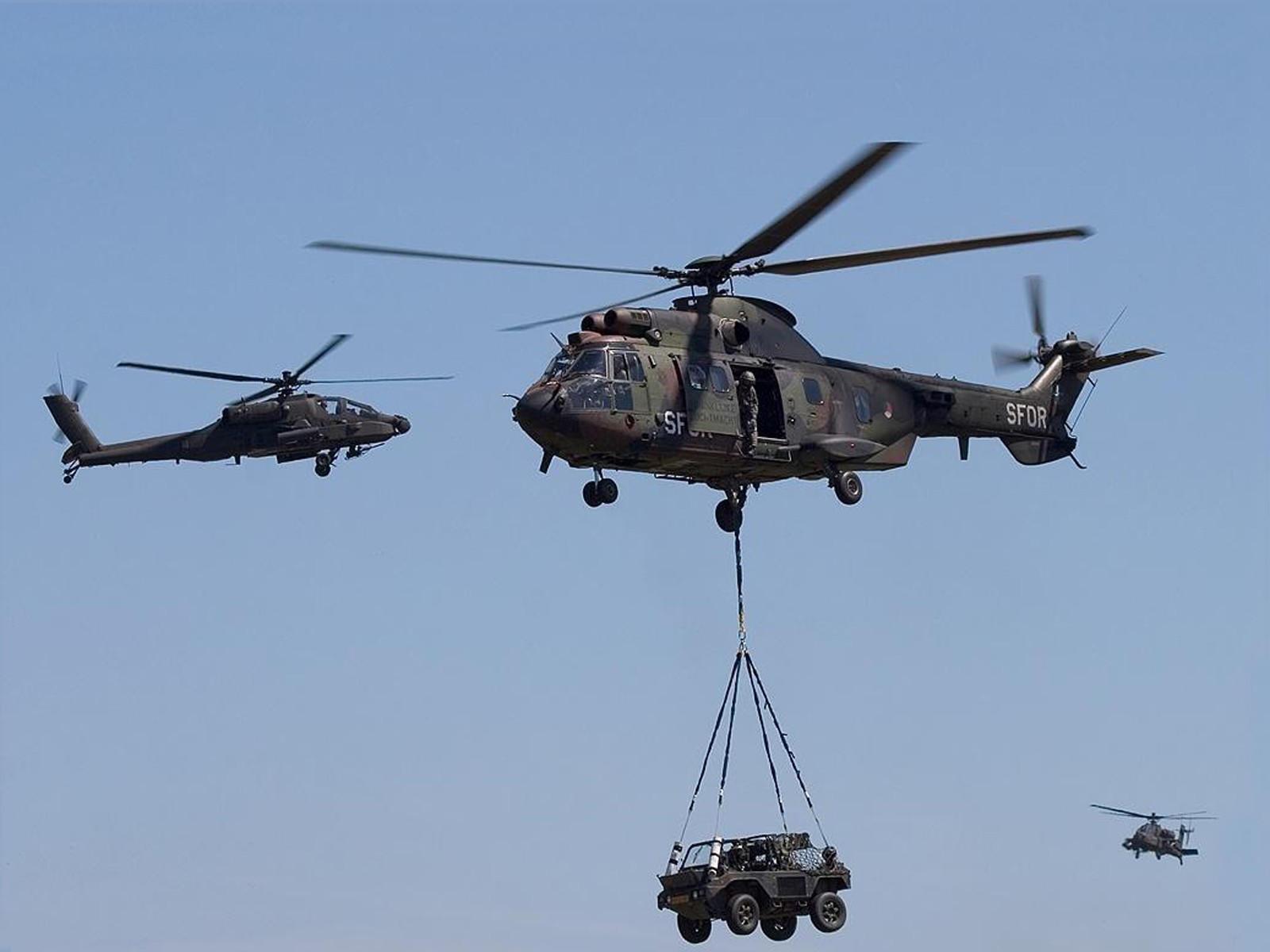 Военные вертолеты перевозят боевую машину