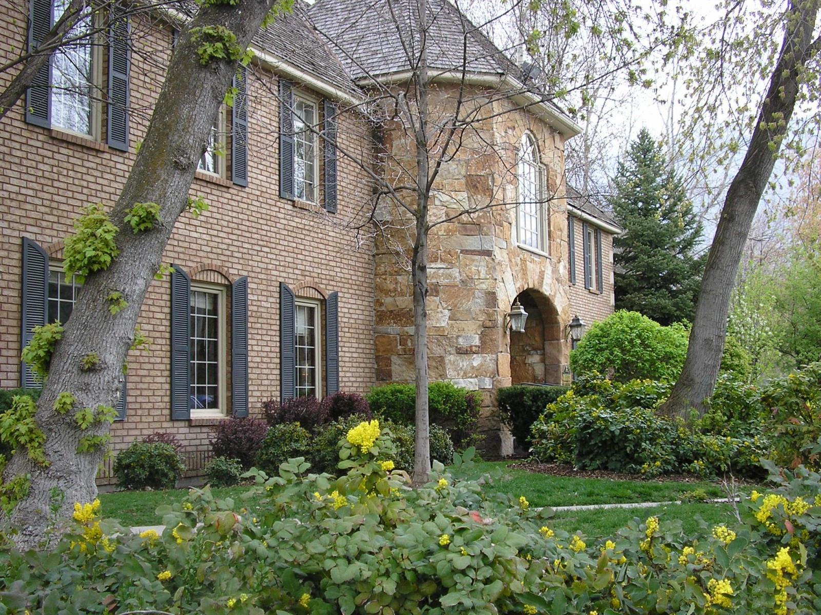 Большой каменный дом с садом