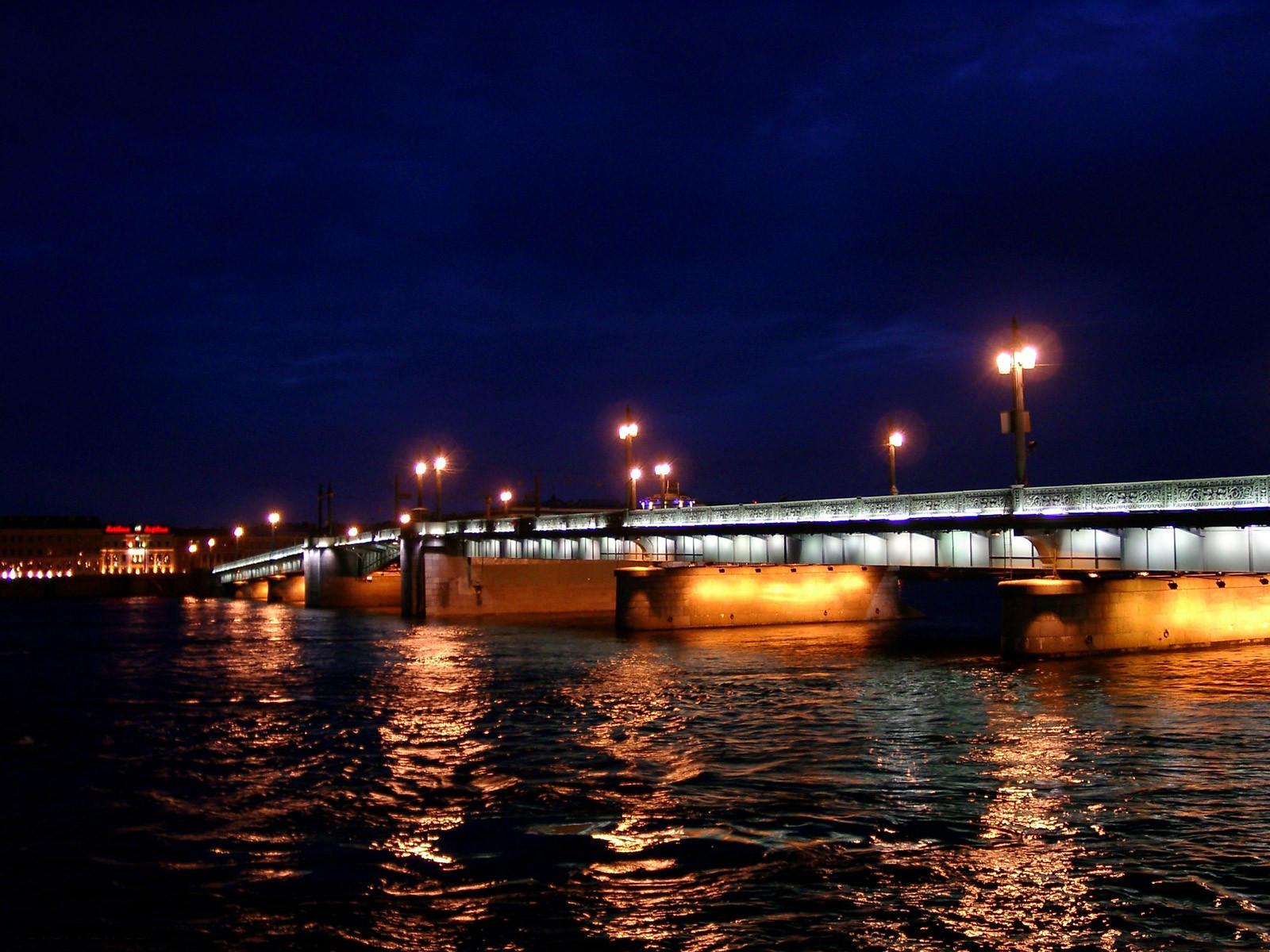 Мост с подсветкой ночью