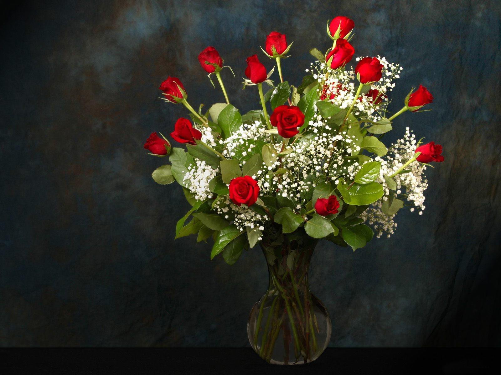 Композиция красных роз в вазе