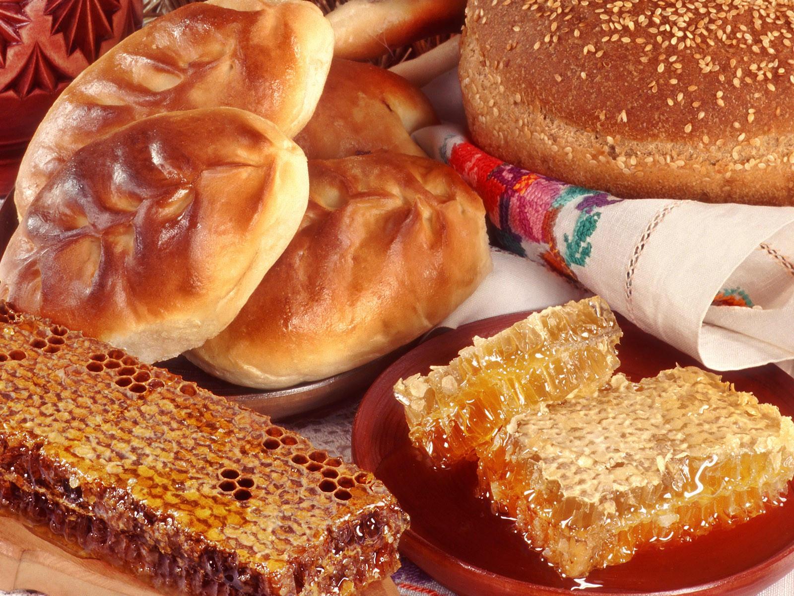 Соты с медом и булочки
