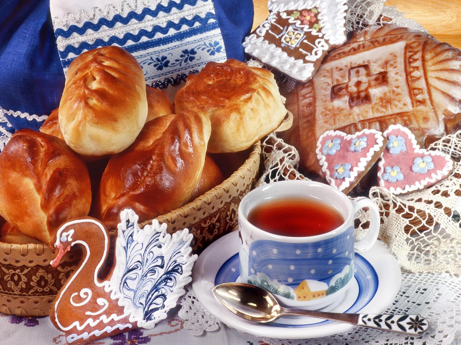 Чай с пирожками и пряниками