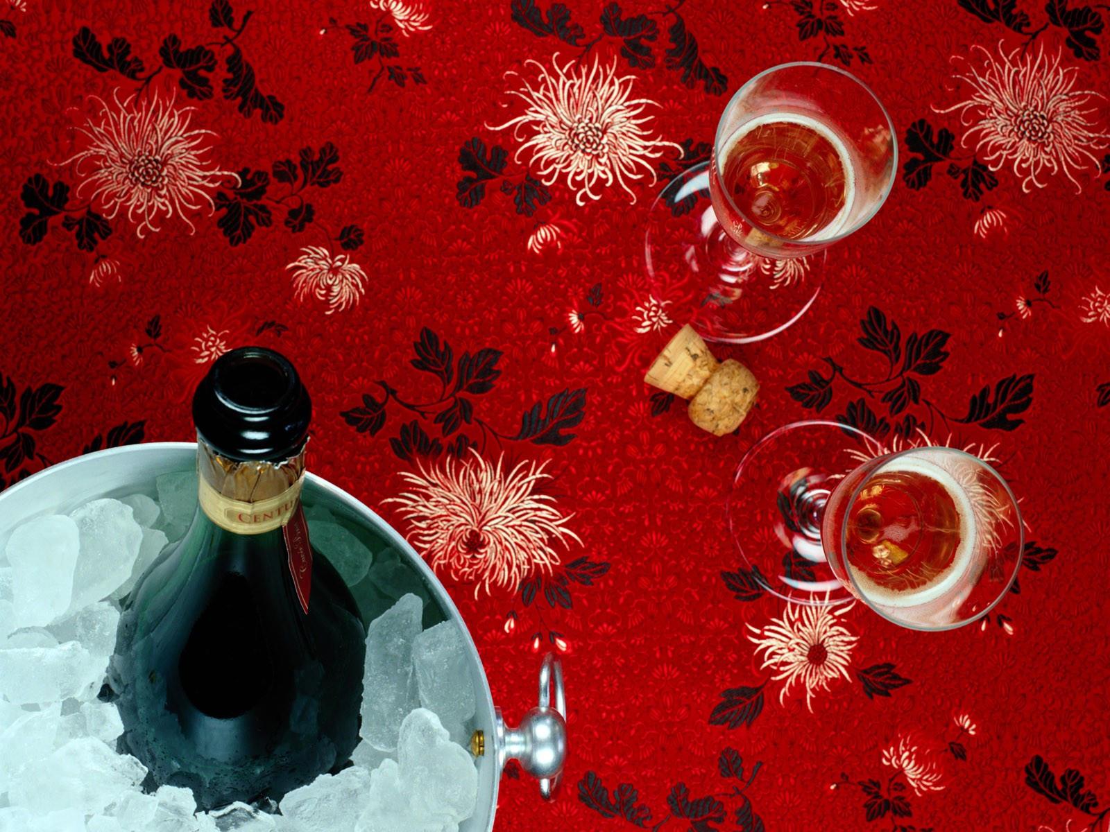 Шампанское в ведерке со льдом и два бокала