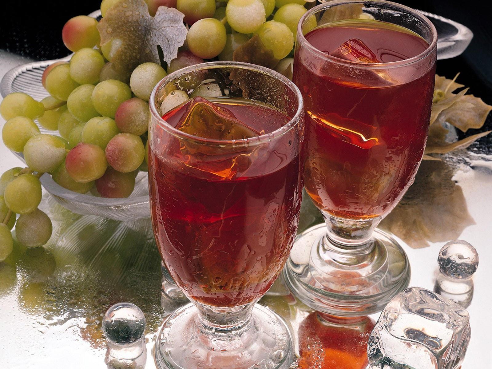 Два бокала с вином и виноград