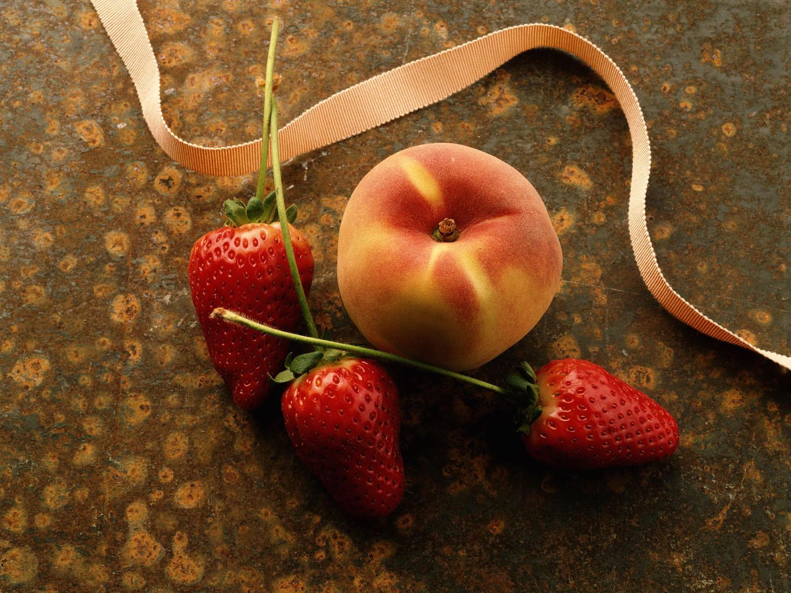 Персик и три клубнички
