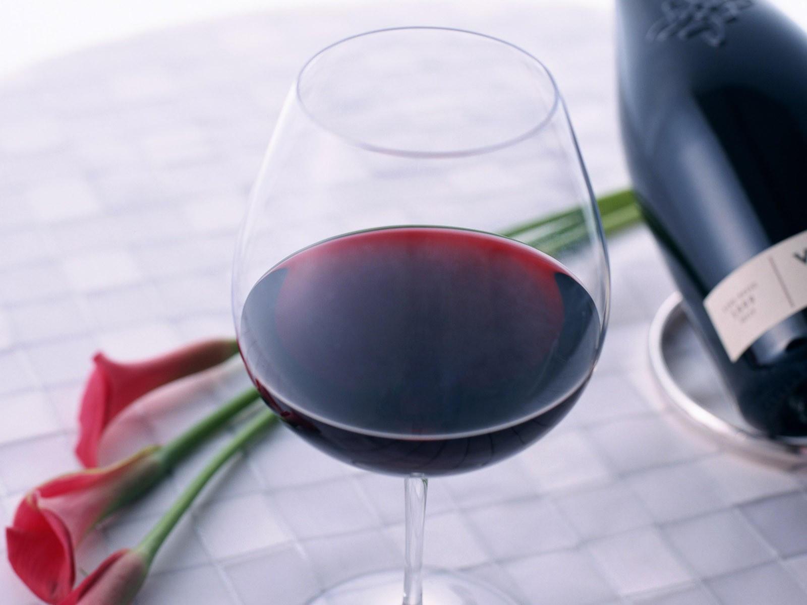 Вино в бокале и цветы
