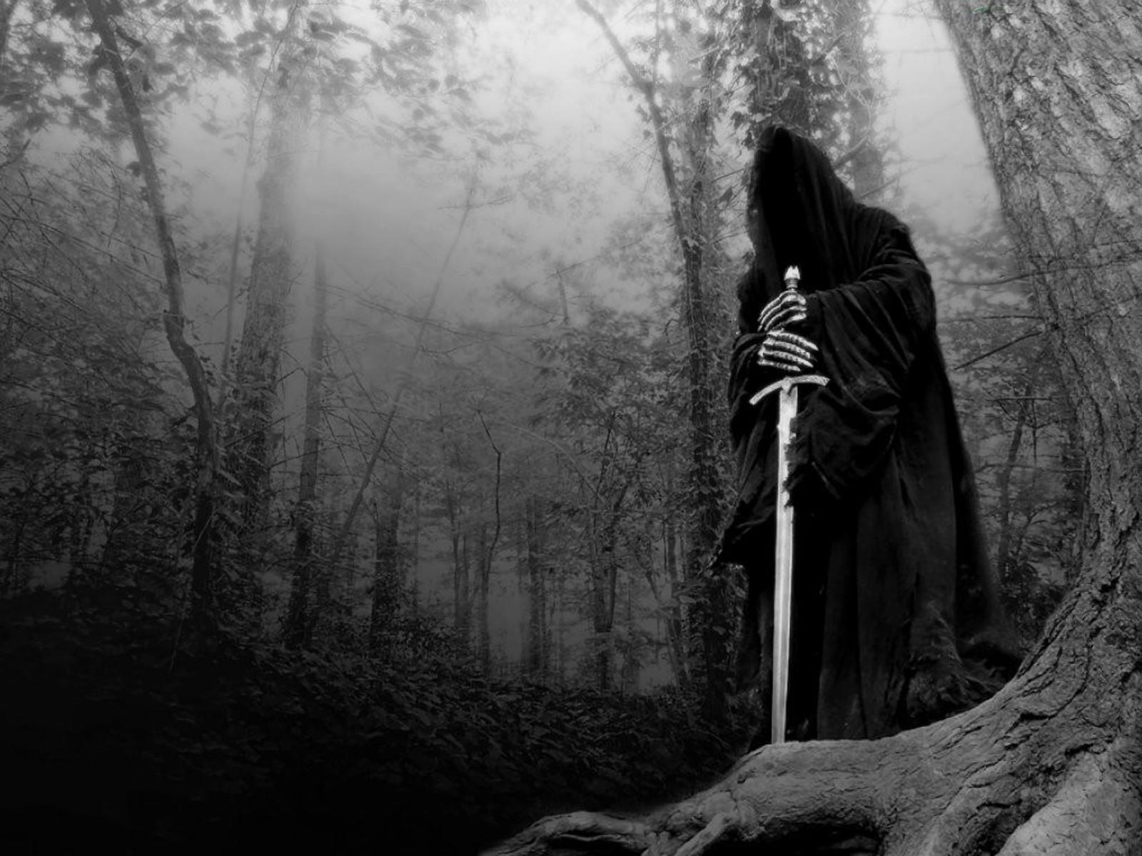 Призрак назгул в капюшоне с мечом