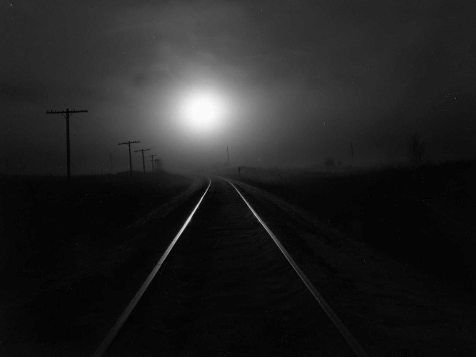 Темная дорога, солнце за туманом