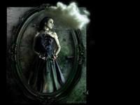 Готичная женщина в зеркале