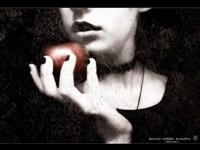 Готичная девука с яблоком