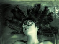 Мрачная девушка в очках