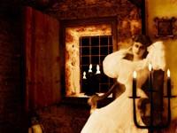 Девушка в белом у подсвечника
