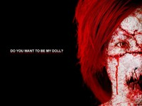 Кровавая девушка с красными волосами