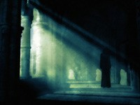 Темный силует в коридоре