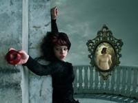 Ведьма с яблоком у зеркала
