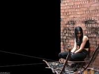 Девушка у кирпичной стены